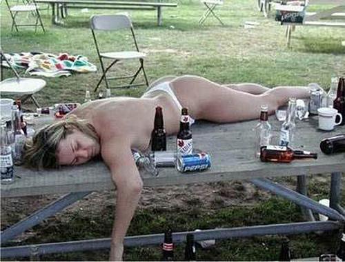 пьяная на столе