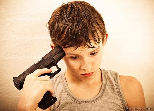 Мальчик играет в самоубийцу
