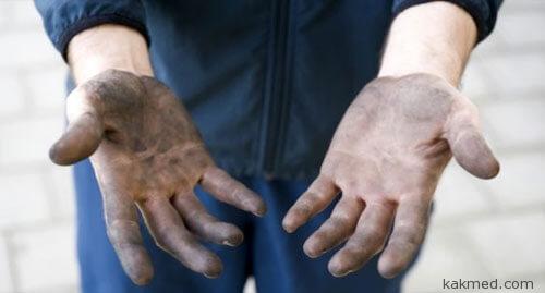 Грязные руки человека