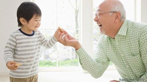 Дедушка перекармливает внука