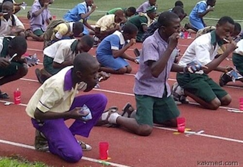 Нигерийские школьники массово чистят зубы