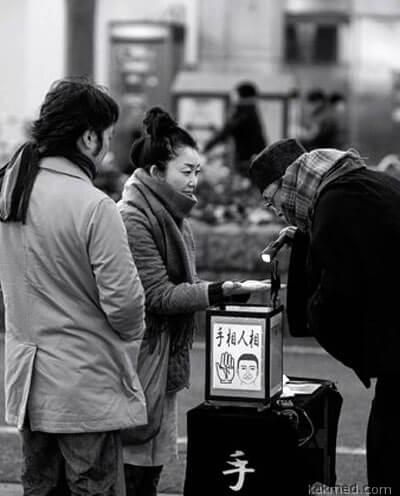 Гадание по руке в Японии на улице