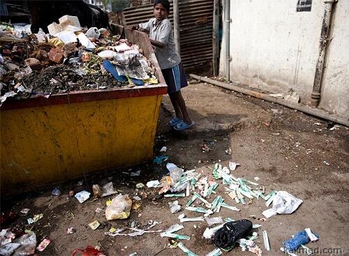 Сбор грязных шприцов в Индии