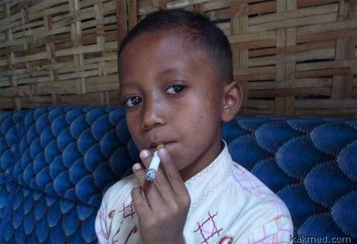Индийские мальчики любят курить