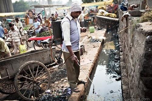 Дезинфекция луж в Индии
