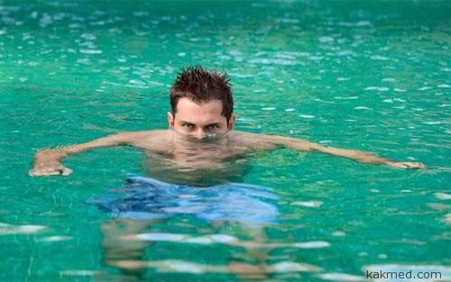 Мочится в бассейн