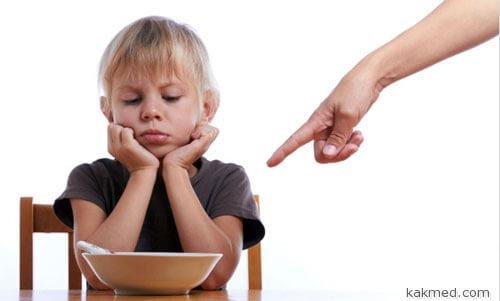 Ребенок перебирает харчами