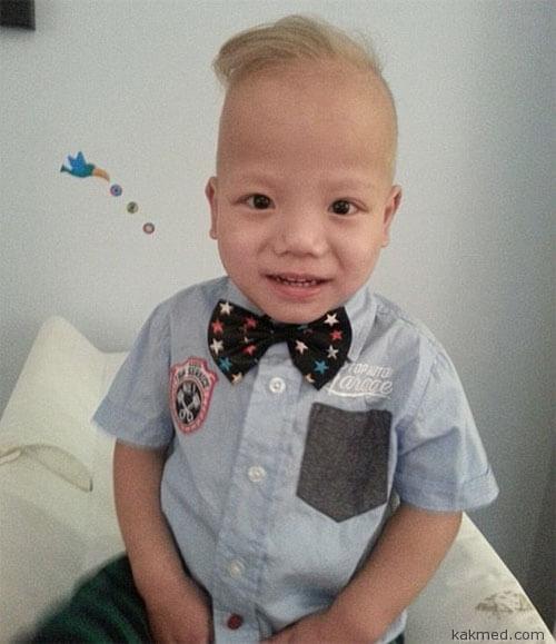 Китайский мальчик блондин