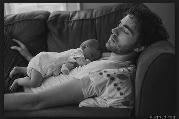 папа и малыш спят