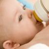 10 самых безопасных способов избавить малыша от колик